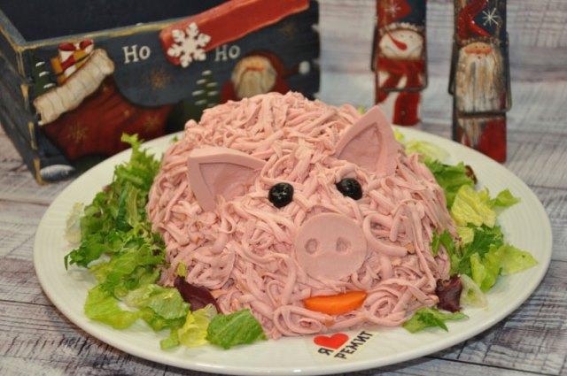 Салат Свинка на Новый 2019 год: рецепты, фото салатов в виде свиньи